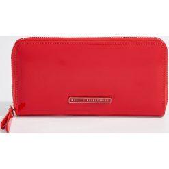 Duży lakierowany portfel - Czerwony. Czerwone portfele damskie Mohito, z lakierowanej skóry. Za 59.99 zł.