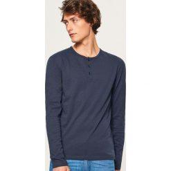 Longsleeve z zapięciem na dekolcie - Granatowy. Niebieskie bluzki z długim rękawem męskie Reserved. Za 39.99 zł.