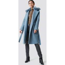 NA-KD Trend Płaszcz z kołnierzem ze sztucznego futra - Blue. Niebieskie płaszcze damskie NA-KD Trend, w paski. Za 445.95 zł.