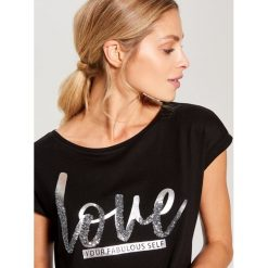 Koszulka z połyskującym napisem - Czarny. Czarne bluzki damskie Mohito, z napisami. Za 39.99 zł.