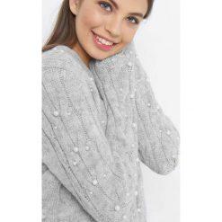 Luźny sweter z perłami. Szare swetry damskie Orsay, z dzianiny, dekolt w kształcie v. Za 119.99 zł.