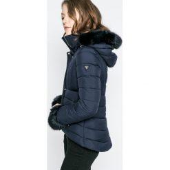 Guess Jeans - Kurtka Doris. Czarne kurtki damskie Guess Jeans, z futra. W wyprzedaży za 799.90 zł.