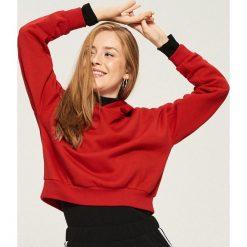 Krótka bluza z kapturem - Czerwony. Czerwone bluzy damskie Sinsay. Za 49.99 zł.