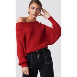 NA-KD Dzianinowy sweter z odkrytymi ramionami - Red. Czerwone swetry damskie NA-KD, z bawełny. Za 121.95 zł.