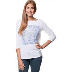 Koszulka w kolorze biało-niebieskim. T-shirty damskie Benetton, z nadrukiem, z bawełny, z okrągłym kołnierzem. W wyprzedaży za 43.95 zł.