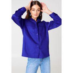 NA-KD Krótka kurtka z kieszenią z przodu - Blue. Niebieskie kurtki damskie NA-KD. W wyprzedaży za 97.18 zł.