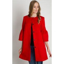 Czerwony płaszcz z rozkloszowanym rękawem 3/4 BIALCON. Czerwone płaszcze damskie BIALCON, eleganckie. Za 479.00 zł.