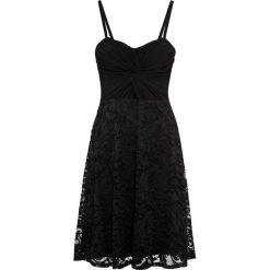 Sukienka z siatkową wstawką i koronką bonprix czarny. Czarne sukienki damskie bonprix, w koronkowe wzory, z koronki, z kopertowym dekoltem. Za 109.99 zł.