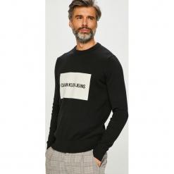 Calvin Klein Jeans - Sweter. Szare swetry przez głowę męskie Calvin Klein Jeans, z aplikacjami, z bawełny, z okrągłym kołnierzem. Za 399.90 zł.