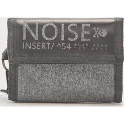 Portfel z napisem noise - Jasny szar. Szare portfele męskie marki Giacomo Conti, na zimę, z tkaniny. W wyprzedaży za 19.99 zł.