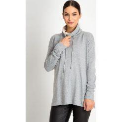 Szary sweter z wysokim kołnierzem QUIOSQUE. Szare swetry damskie QUIOSQUE, na zimę, z puchu. W wyprzedaży za 119.99 zł.