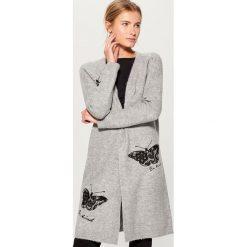 Długi sweter z koronkowym zdobieniem - Szary. Szare swetry damskie Mohito, z koronki. Za 149.99 zł.