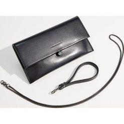 Kopertowa torebka z odpinanym paskiem - Czarny. Czarne torebki do ręki damskie Mohito. Za 99.99 zł.