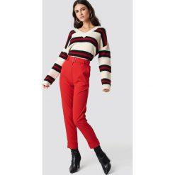 NA-KD Spodnie z paskiem Turn Up - Red. Czerwone spodnie materiałowe damskie NA-KD, z haftami, z poliesteru. Za 161.95 zł.