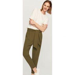 Spodnie z wiązanym paskiem - Khaki. Brązowe spodnie materiałowe damskie Reserved. Za 79.99 zł.