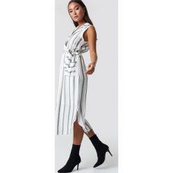 Trendyol Sukienka midi w paski - Offwhite. Szare sukienki damskie Trendyol, w paski, dekolt w kształcie v. Za 161.95 zł.