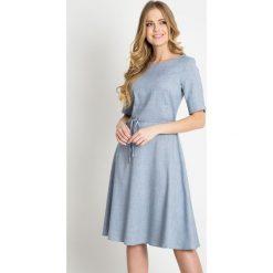 Niebieska rozkloszowana sukienka QUIOSQUE. Niebieskie sukienki damskie QUIOSQUE, w paski, z tkaniny, z krótkim rękawem. W wyprzedaży za 99.99 zł.