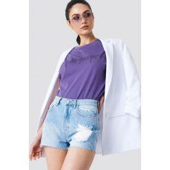 NA-KD Szorty jeansowe z wysokim stanem i rozdarciami - Blue. Niebieskie szorty damskie NA-KD, z jeansu. W wyprzedaży za 48.59 zł.