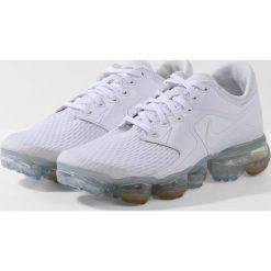 Nike Performance AIR VAPORMAX  Obuwie do biegania treningowe white/metallic silver. Buty sportowe chłopięce Nike Performance, z materiału. Za 609.00 zł.
