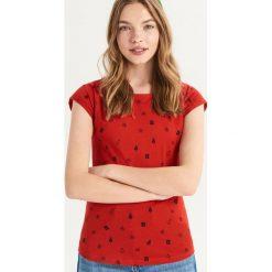 T-shirt ze świątecznym nadrukiem all over - Czerwony. Czerwone t-shirty damskie Sinsay, z nadrukiem. Za 14.99 zł.