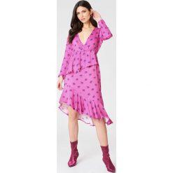 NA-KD Sukienka z długim rękawem i falbaną - Pink,Multicolor. Różowe sukienki damskie NA-KD, z wiskozy, z asymetrycznym kołnierzem, z długim rękawem. W wyprzedaży za 60.89 zł.
