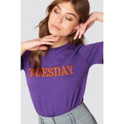Trendyol T-shirt Every Day - Purple. Fioletowe t-shirty damskie Trendyol, z haftami, z dzianiny, z okrągłym kołnierzem. Za 80.95 zł.