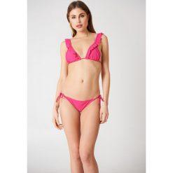 NA-KD Swimwear Góra bikini z falbanką Triangle - Pink. Różowe bikini damskie NA-KD Swimwear. Za 19.95 zł.
