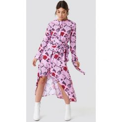NA-KD Trend Asymetryczna sukienka z wiązaniem - Pink,Multicolor. Różowe sukienki damskie NA-KD Trend, z poliesteru, z asymetrycznym kołnierzem, z długim rękawem. Za 202.95 zł.