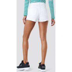 NA-KD Szorty jeansowe z postrzępionymi nogawkami - White. Białe szorty damskie NA-KD, z denimu. W wyprzedaży za 42.59 zł.