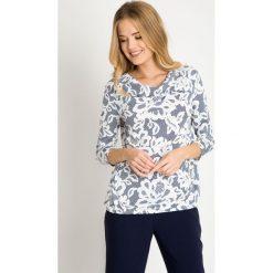 Granatowa bluzka w białe kwiaty  QUIOSQUE. Białe bluzki damskie QUIOSQUE, w kratkę, z jeansu, biznesowe, z dekoltem woda. W wyprzedaży za 69.99 zł.