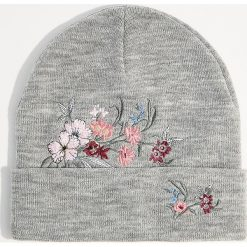 Czapka z kwiatowym haftem - Jasny szar. Szare czapki i kapelusze damskie Mohito. Za 39.99 zł.