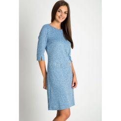 Niebieska melanżowa sukienka z zamkami na biodrach QUIOSQUE. Niebieskie sukienki damskie QUIOSQUE, na jesień, z dzianiny, z dekoltem na plecach, z długim rękawem. Za 199.99 zł.