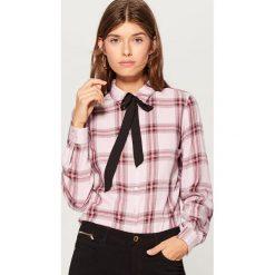 Koszula z wiązaniem przy dekolcie - Różowy. Czerwone koszule damskie Mohito. Za 79.99 zł.