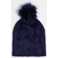 Pluszowa czapka z pomponem - Granatowy. Niebieskie czapki i kapelusze damskie Mohito. Za 39.99 zł.