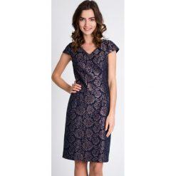 Żakardowa sukienka z połyskiem QUIOSQUE. Szare sukienki damskie QUIOSQUE, z tkaniny, eleganckie, z kopertowym dekoltem, z krótkim rękawem. W wyprzedaży za 59.99 zł.