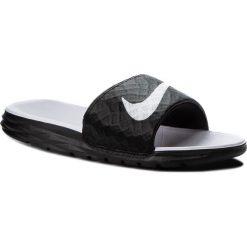 Klapki NIKE - Benassi Solarsoft 705475 010 Black/White. Czarne klapki damskie Nike, z tworzywa sztucznego. W wyprzedaży za 129.00 zł.