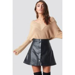 Pamela x NA-KD Sweter V-Neck Knitted - Beige. Brązowe swetry damskie Pamela x NA-KD, z dekoltem na plecach. Za 121.95 zł.