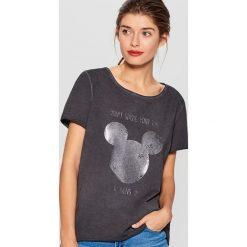 Koszulka z połyskującym nadrukiem Mickey Mouse Special Collection - Szary. Szare t-shirty damskie Mohito, z motywem z bajki. Za 69.99 zł.