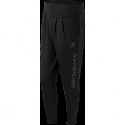 New Balance WP61512BK. Czarne spodnie dresowe damskie New Balance, z dresówki. W wyprzedaży za 169.99 zł.