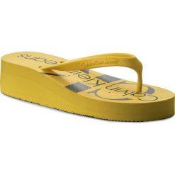 Japonki CALVIN KLEIN JEANS - Tesse Jelly RE9734 Accent Yellow. Żółte klapki damskie Calvin Klein Jeans, z jeansu. W wyprzedaży za 139.00 zł.