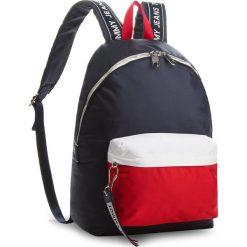 Plecak TOMMY JEANS - Logo Bac AU0AU00160  901. Niebieskie plecaki damskie Tommy Jeans, z jeansu. Za 449.00 zł.