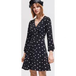 Sukienka ze wzorem - Wielobarwn. Czarne sukienki damskie Reserved. Za 79.99 zł.