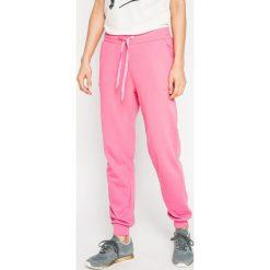 Vero Moda - Spodnie. Różowe spodnie materiałowe damskie Vero Moda, z bawełny. W wyprzedaży za 69.90 zł.