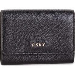 Mały Portfel Damski DKNY - Card Case Id R82ZA503 Blk/Gold BGD. Czarne portfele damskie DKNY, ze skóry. Za 289.00 zł.