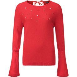 Sweter dzianinowy z perełkami bonprix truskawkowy. Swetry damskie marki bonprix. Za 59.99 zł.
