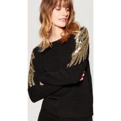 Sweter z cekinową aplikacją - Czarny. Czarne swetry damskie Mohito. Za 119.99 zł.