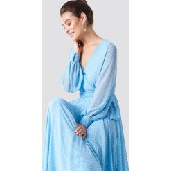 Trendyol Sukienka maxi z dekoltem V - Blue. Niebieskie sukienki damskie Trendyol, z poliesteru, dekolt w kształcie v, z długim rękawem. Za 323.95 zł.