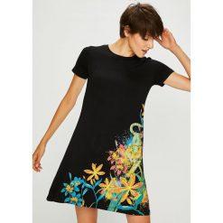 Desigual - Sukienka. Szare sukienki damskie Desigual, z nadrukiem, z dzianiny, casualowe, z okrągłym kołnierzem, z krótkim rękawem. Za 299.90 zł.