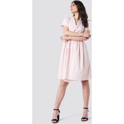 Kristin Sundberg for NA-KD Kopertowa sukienka midi - Pink. Sukienki damskie Kristin Sundberg for NA-KD, z kopertowym dekoltem, z krótkim rękawem. W wyprzedaży za 48.59 zł.