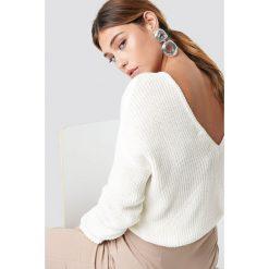 NA-KD Sweter z dzianiny z dekoltem V - White. Białe swetry damskie NA-KD, z dzianiny. Za 121.95 zł.